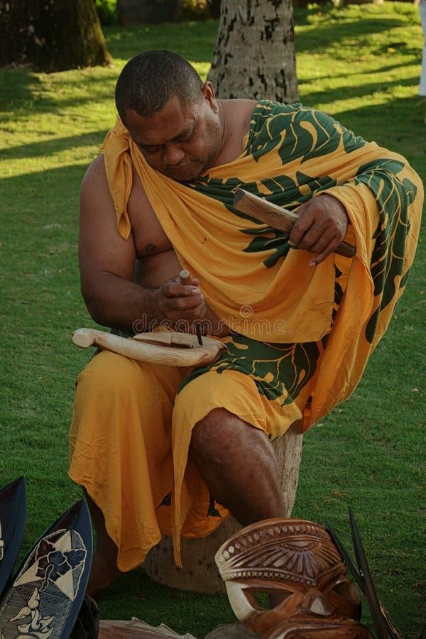 Polinezyjska mężczyzna ręka Rzeźbi Drewnianych pokazów dla sprzedaży zdjęcie royalty free