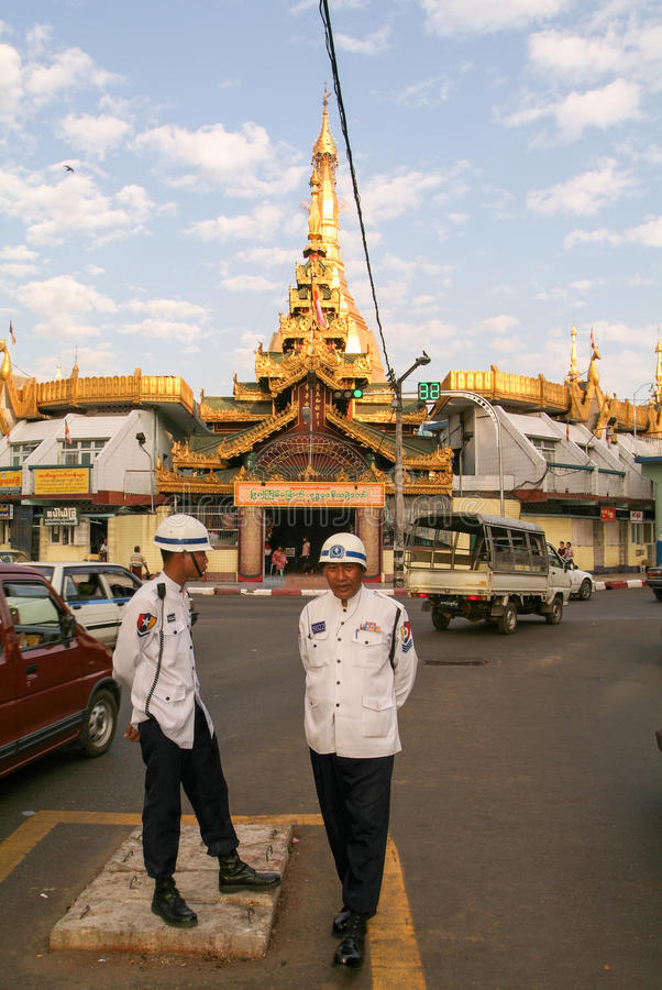 Polis framme av Sule Paya Pagoda i Yangon arkivfoton