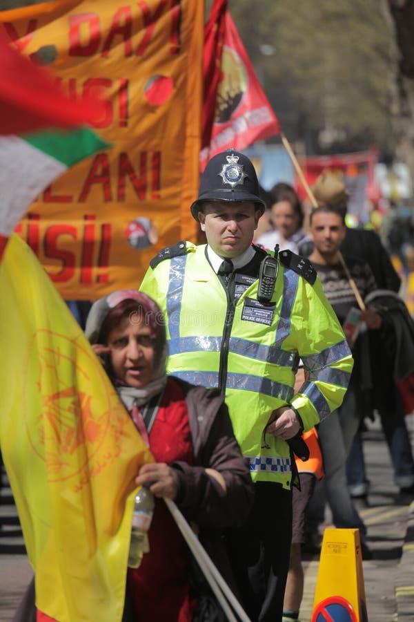 Polis och personer som protesterar arkivbild
