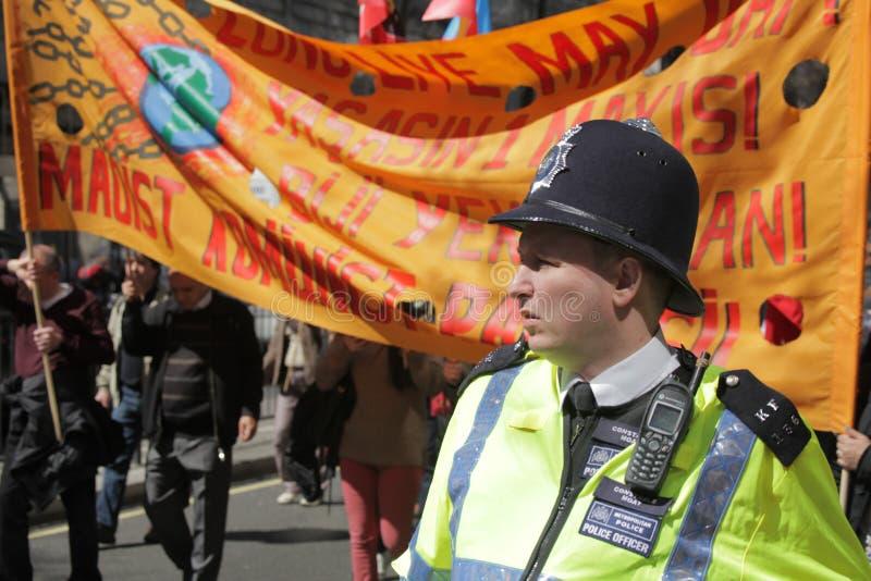 Polis och personer som protesterar royaltyfri fotografi