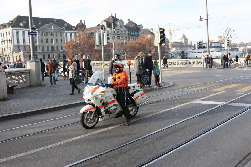 Polis på en motorcykel som medföljer demonstrationen royaltyfri bild