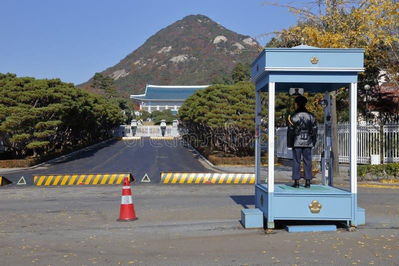 Polis på klockan på den huvudsakliga ingången av Cheongwadae (blå hus/paviljong av blåtttegelplattor) - Seoul, södra Korea NOVEMB arkivfoton
