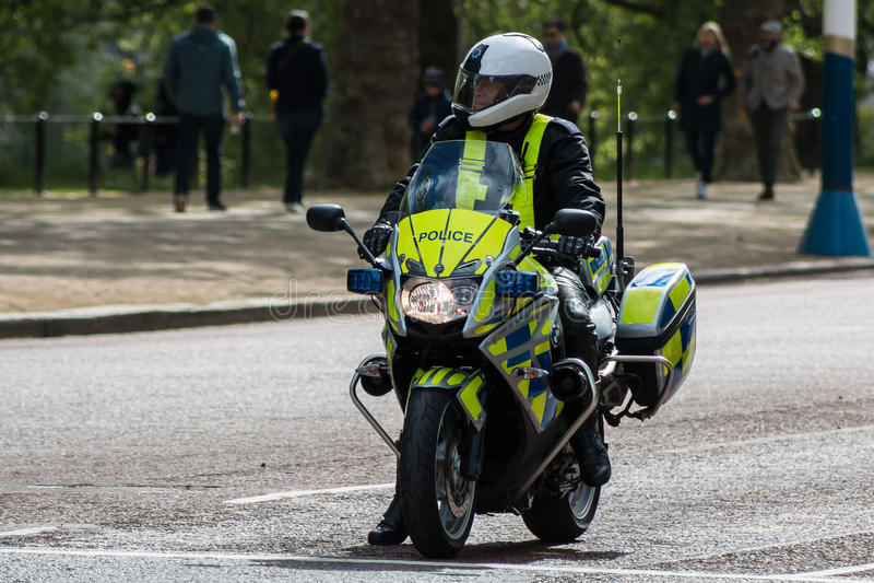 Polis på mopeden i London royaltyfri foto