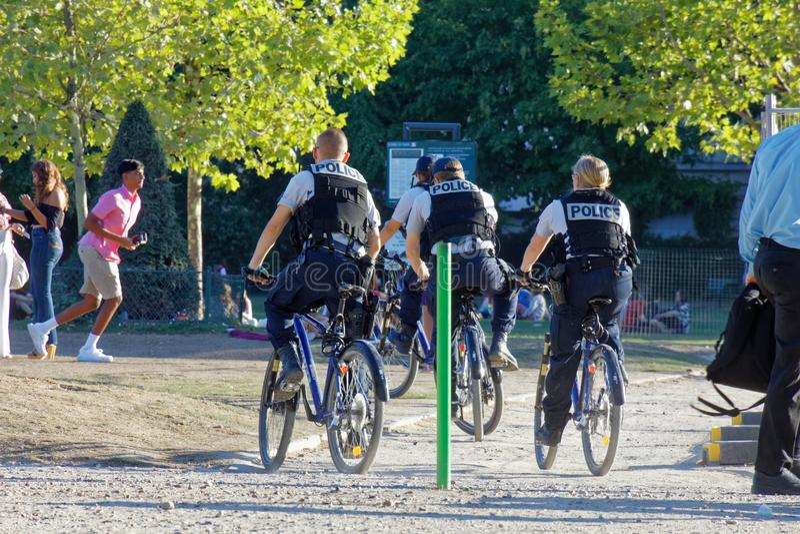 Polis parisienses de la bici en patrulla imagen de archivo