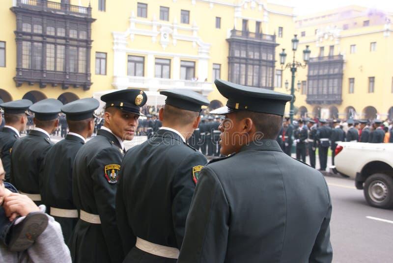 Polis som håller ögonen på en ståta, arkivbild
