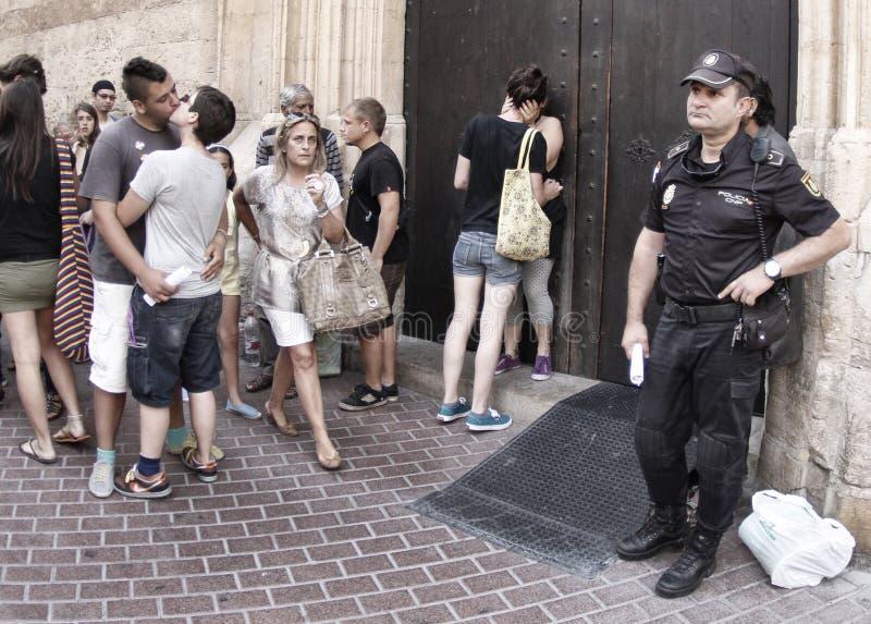 Polisanseendet bredvid en glad gata ståtar arkivbild