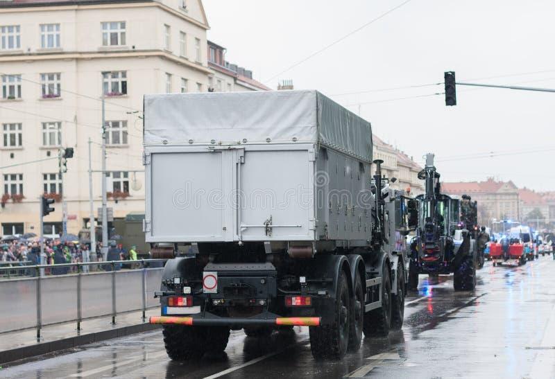 Polisarbetare rider polisen som lastbilen p? milit?r st?tar royaltyfri foto