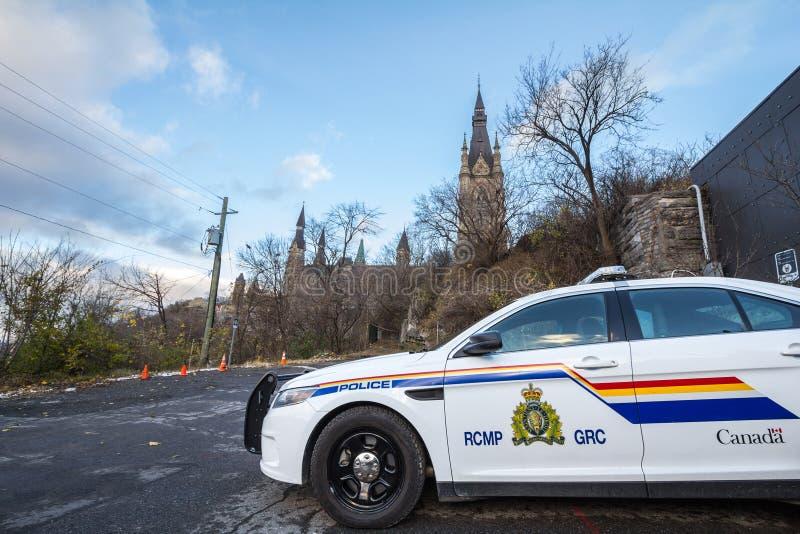 Polisbil för RCMP som GRC framme står av den kanadensiska parlamentbyggnaden royaltyfri fotografi