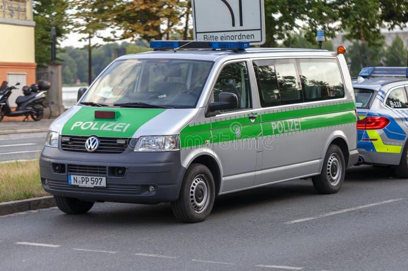 Polisbil från tyska polisställningar på en gata royaltyfri bild