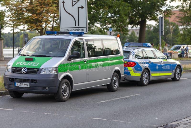 Polisbil från tyska polisställningar på en gata royaltyfria foton