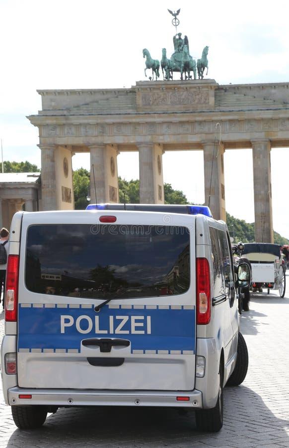 Polisbil i Berlin Germany nära den Brandenburg dörren royaltyfria bilder