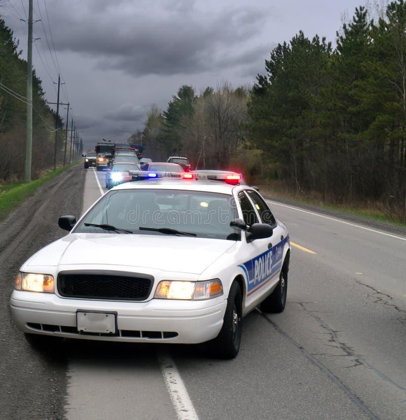 Polisbil på sida av vägen arkivbilder