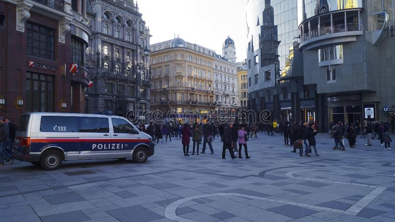 Polisbil på Stephansplatz i Wien royaltyfri fotografi