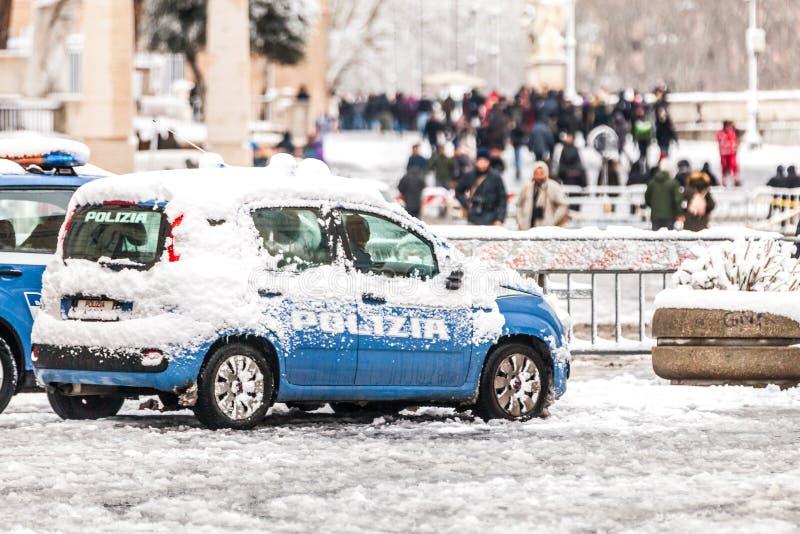 Polisbil som täckas av insnöade Rome i Italien royaltyfri bild