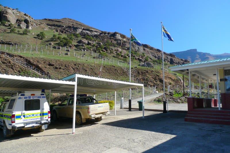 Polisbilar på Sani passerar gränskontroll mellan Sydafrika och Lesotho arkivfoto