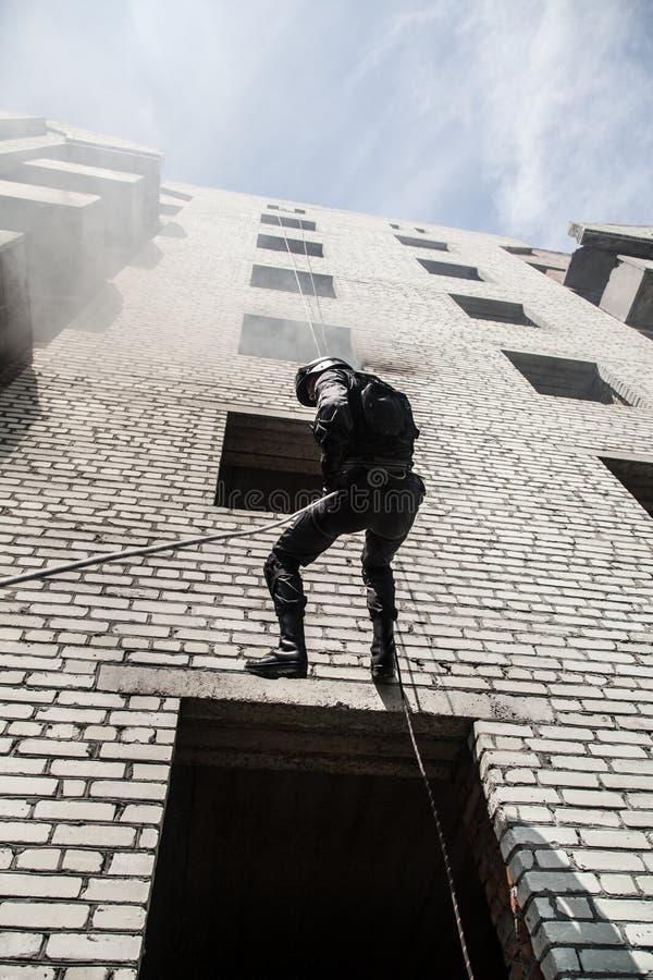 Polisen anfaller operation royaltyfri foto