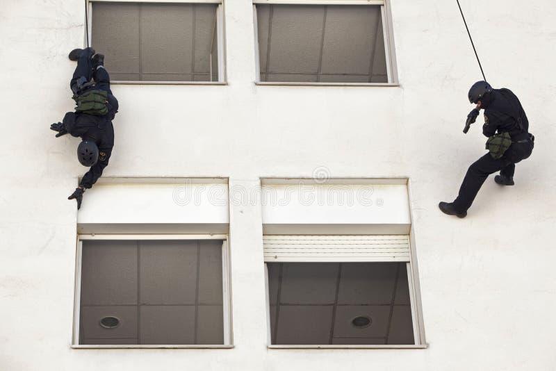 Polisen anfaller trupp 021 royaltyfria bilder