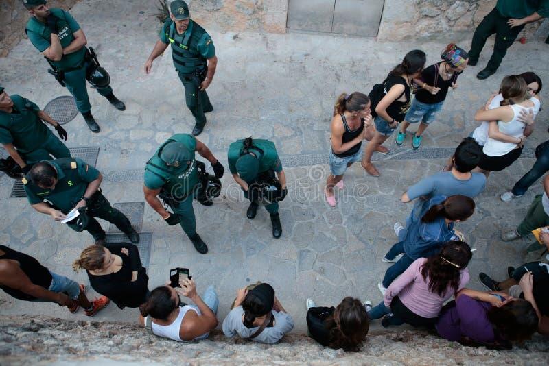 Polisen avhyser en grupp som protesterar mot en beröm för tjurkörning arkivfoton