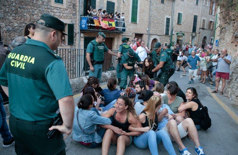 Polisen avhyser en grupp som protesterar mot en beröm för tjurkörning arkivfoto