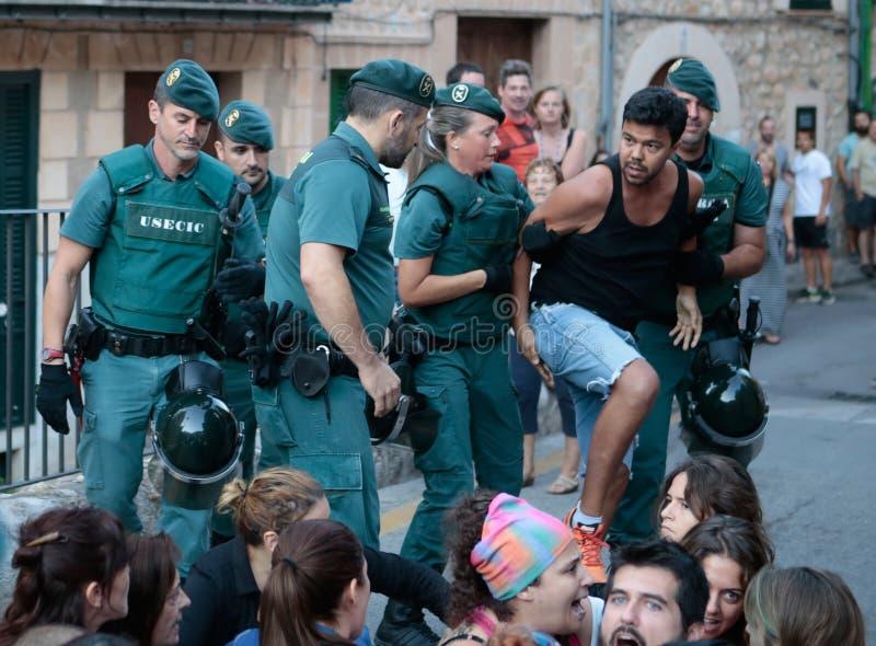 Polisen avhyser en protest mot en tjurkörning royaltyfria foton