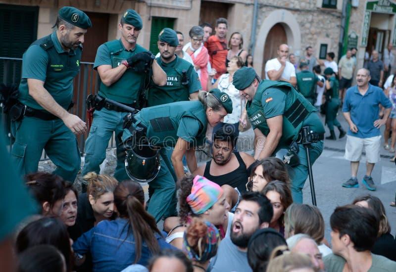 Polisen avhyser protest mot en beröm för tjurkörning i Mallorca royaltyfria foton
