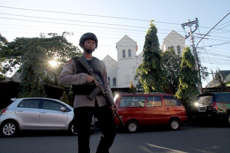 Polisen bevakar kyrkan royaltyfri bild