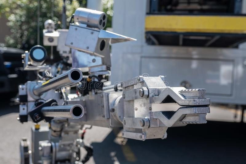 Polisen bombarderar att desarmera roboten royaltyfri fotografi