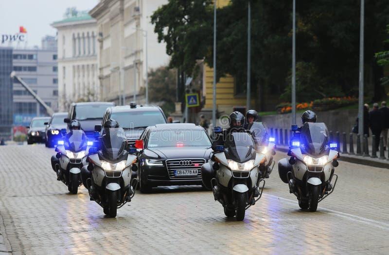 Polisen för Cortegebilmotorcyklar royaltyfri bild
