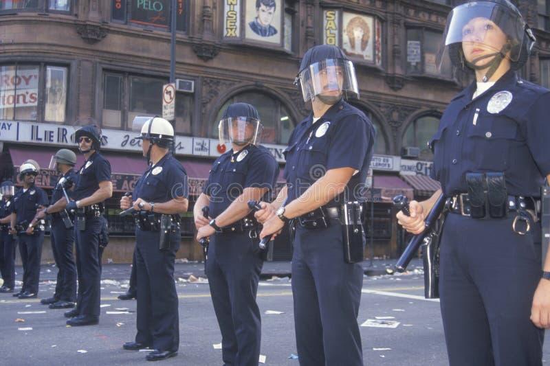 Polisen i tumultkugghjulet, i stadens centrum Los Angeles, Kalifornien royaltyfri foto