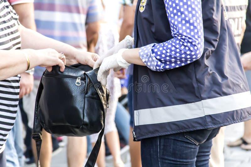 Polisen kontrollerar inom av folkmassan arkivbild