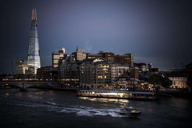 Polisen lanserar att rusa på Themsen på skymning royaltyfria bilder