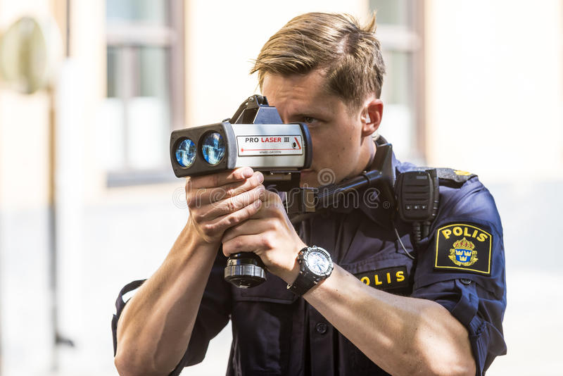 Polisen med hastighetsframtvingandelaser royaltyfri foto
