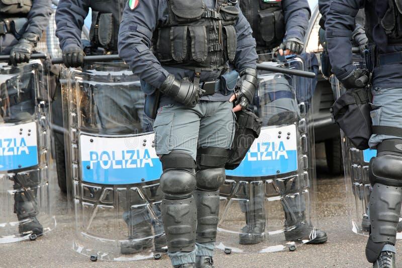 Polisen med sköldar och tumultkugghjulet under händelsen i staden fotografering för bildbyråer