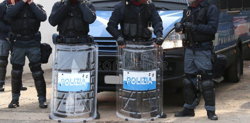 Polisen med sköldar och tumultkugghjulet under händelsen i staden royaltyfri foto