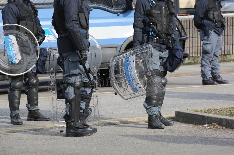 Polisen med sköldar och tumultkugghjulet under händelsen i staden royaltyfri bild