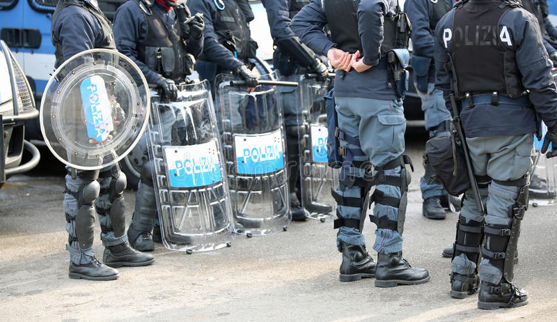 Polisen med sköldar och tumultkugghjulet under händelsen i staden royaltyfria foton