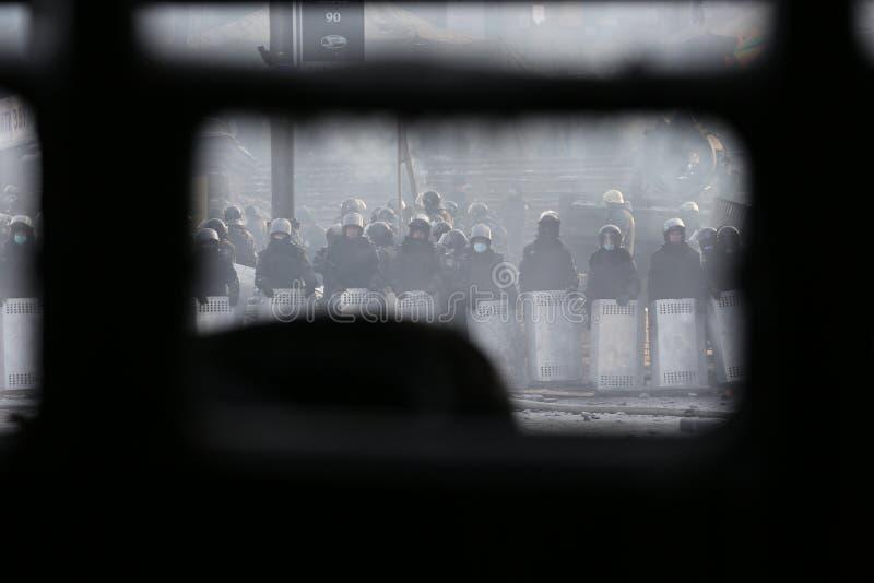 Polisen med sköldar på Maidanen royaltyfri foto