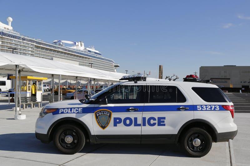 Polisen New York-new Jersey som för portmyndighet ger säkerhet för den kungliga karibiska kvanten för kryssningskepp av haven arkivbilder