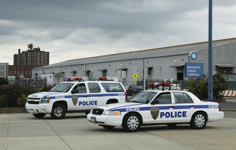 Polisen New York-new Jersey som för portmyndighet ger säkerhet för det Emerald Princess kryssningskeppet som anslutas på den Brook arkivfoto