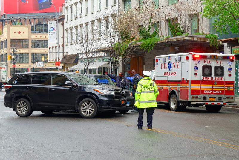 Polisen och ambulans för sammanstötning för New York City bilolycka i Manhattan arkivfoton