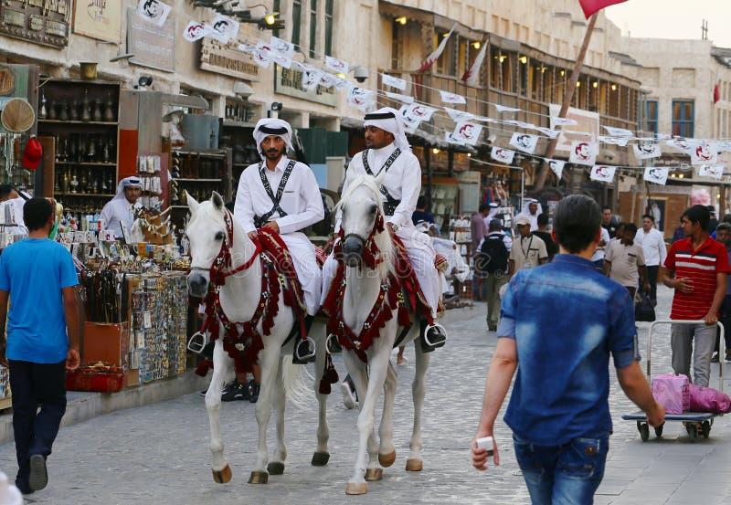 Polisen och bunting i den Doha marknaden royaltyfria bilder