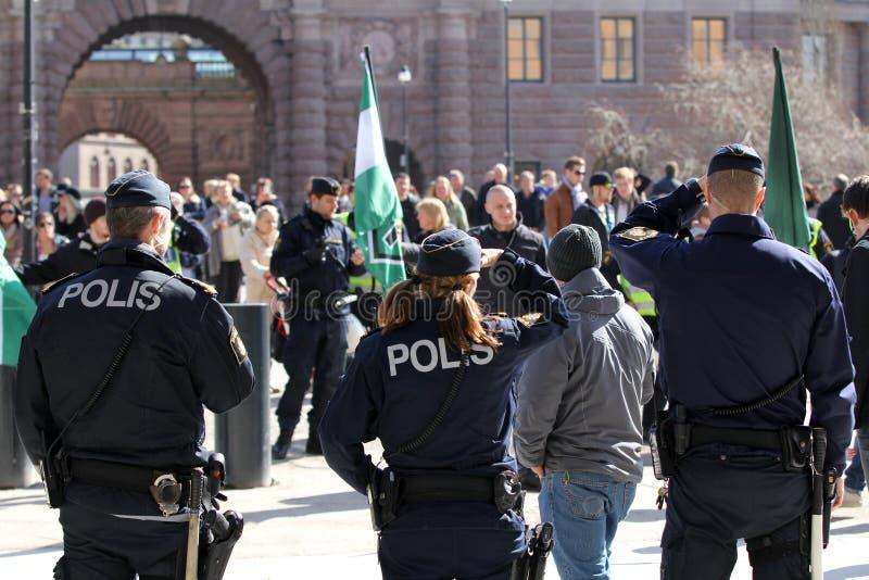 Polisen på en samla i staden arkivfoto