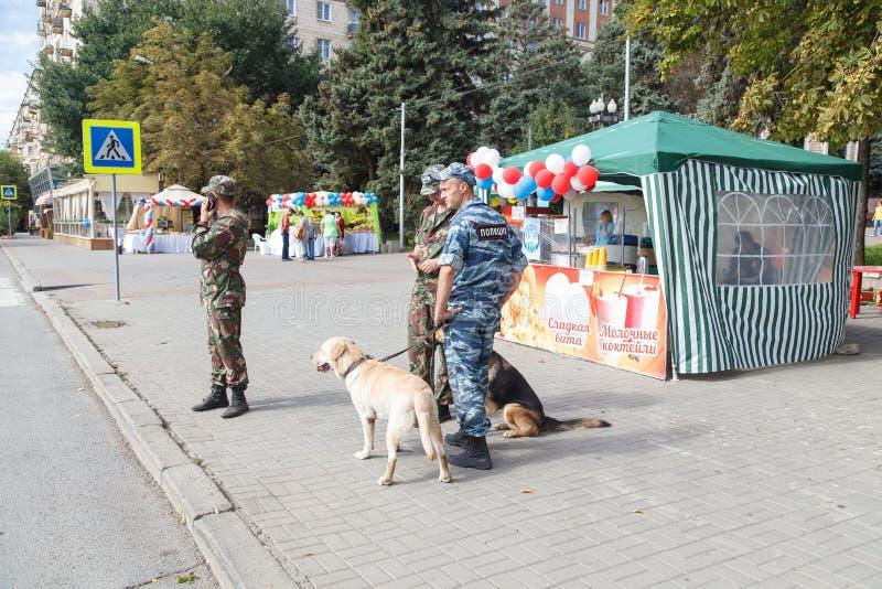 Polisen på gatan med hundkapplöpning fotografering för bildbyråer