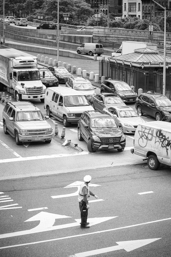 Polisen reglerar trafik i midtownen Manhattan arkivbild