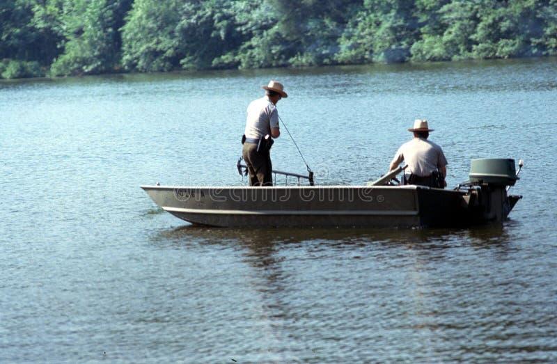 Polisen söker en sjö för ett offer av en drunkning på grönt bälte Lakef royaltyfria foton