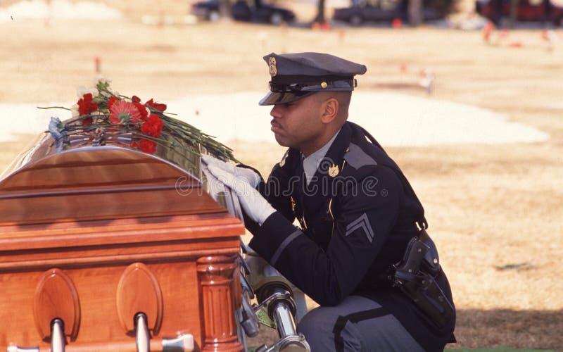 Polisen sörjer över kistan av hans vän och med- tjänsteman arkivbild
