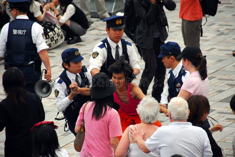 Polisen som fördröjer mannen arkivfoto