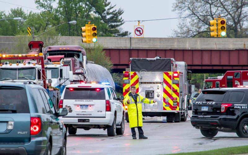 Polisen som riktar trafik på platsen av en olycka arkivbild