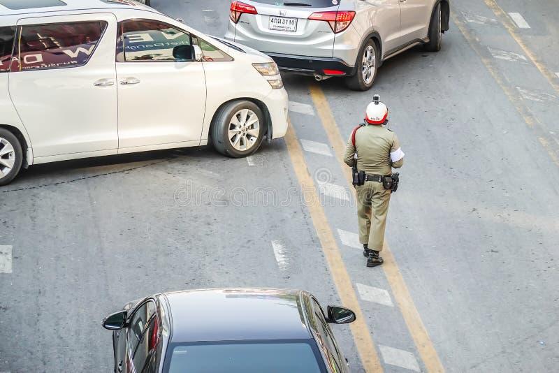 Polisen står på gatan i mitten av staden riktar trafik på November 3, 2018 i Bangkok, Thailand royaltyfria bilder