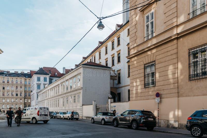 Poliser i gata i historisk stadsmitt av Wien arkivbilder